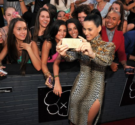 Katy-Perry-snapped-pictures-fans-VMAs-red-carpet